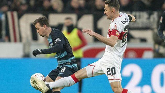 Christian Gentner (vpravo) v souboji s Vladimírem Daridou během sobotního utkání Bundesligy.