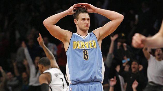 Basketbalista Denveru Nuggets Danilo Gallinari (8) po proměněné trojce forward Joea Johnsona (7) v poslední sekundě zápasu.