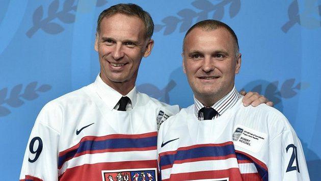 Hokejové legendy Dominik Hašek a Robert Reichel při vstupu do Síně slávy IIHF v pražském hotelu Clarion.