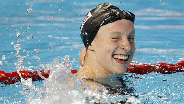 Katie Ledecká se raduje po zaplavání světového rekordu.