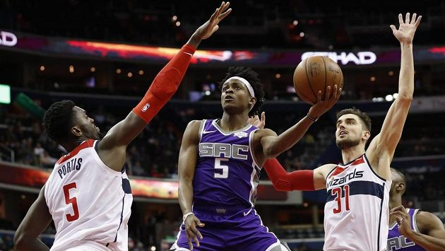 Basketbalista Tomáš Satoranský v akci během utkání NBA se Sacramentem Kings.