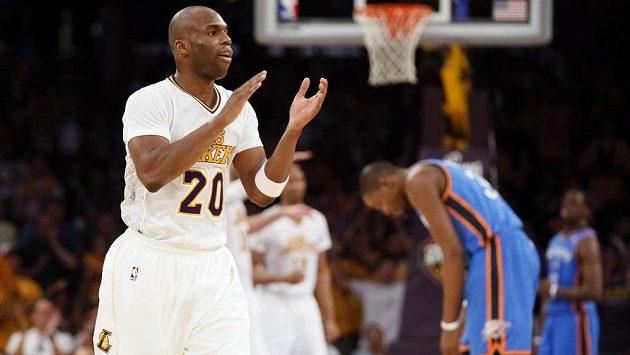 Jodie Meeks z Los Angeles Lakers (vlevo) se raduje z výhry nad Oklahomou City.