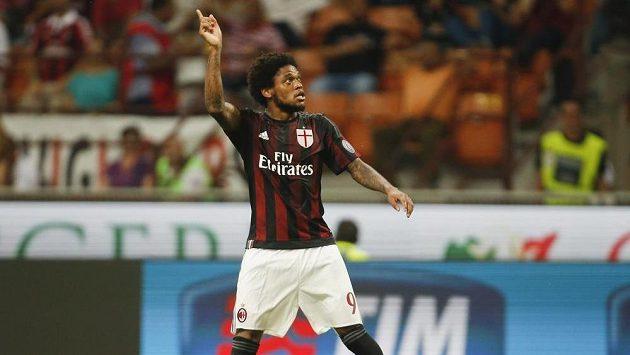 Luiz Adriano z AC Milán oslavuje svůj gól proti Empoli.