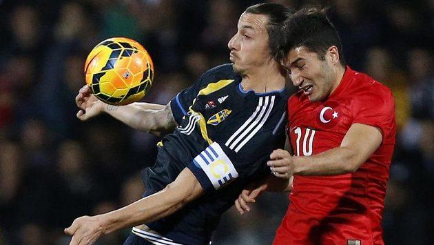 Zlatan Ibrahimovic (vlevo) v dresu švédské reprezentace v souboji Nurim Sahinem z Turecka v přátelském utkání.