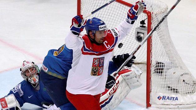 Kapitán hokejové reprezentace Tomáš Plekanec se raduje z úvodní branky proti Kazachstánu.