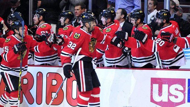 Český obránce Michal Rozsíval (číslo 32) přijímá gratulace od spoluhráčů z Chicaga za svou trefu do sítě Canadiens.