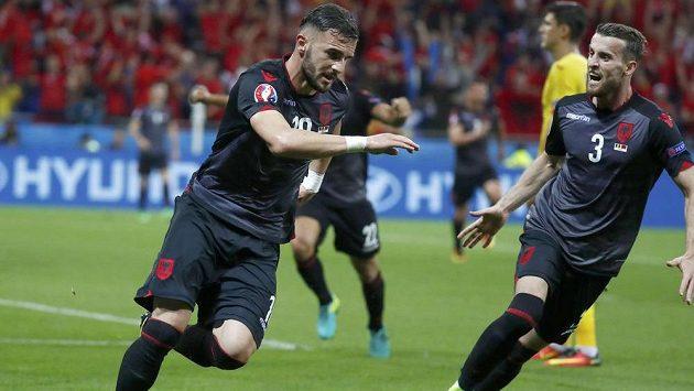 Albánec Armando Sadiku jásá po gólu proti Rumunům. Vpravo Emir Lenjani.