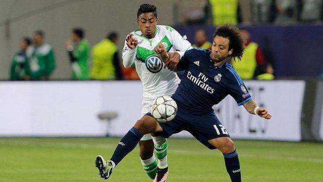 Obránce Realu Madrid Marcelo (vpravo) bojuje o míč s wolfsburským Luizem Gustavem.