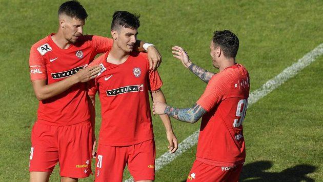 Střelec gólu Brna Ondřej Pachlopník (uprostřed) přijímá gratulace od spoluhráčů Adriána Čermáka (vlevo) a Ondřeje Vaňka.