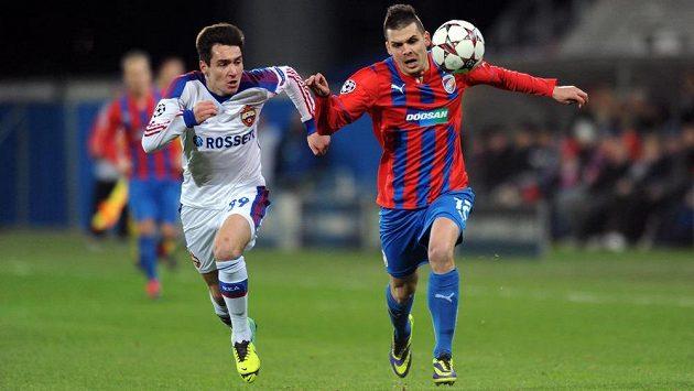 Vjačeslav Karavajev z CSKA (vlevo) stíhá plzeňského Michala Ďuriše.