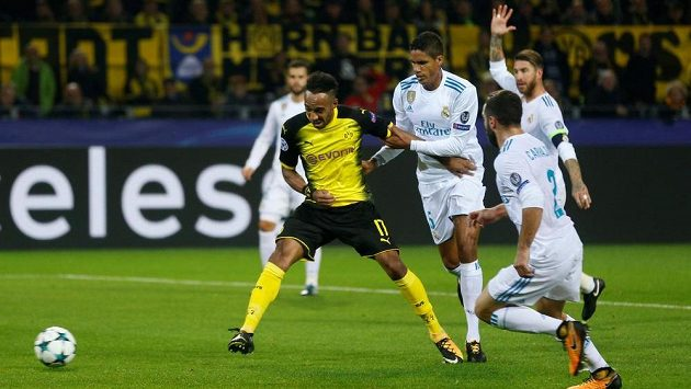 Raphaël Varane (třetí zprava) se snaží zastavit střelce Dortmundu Pierra-Emericka Aubameyanga v utkání Ligy mistrů.