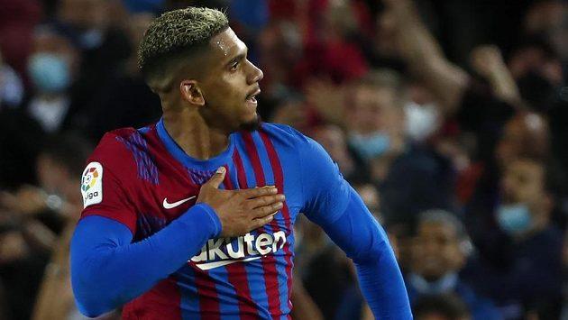 Barcelonský fotbalista Ronald Araujo slaví gól, který vstřelil v poslední minutě do sítě Granady v utkání španělské ligy.