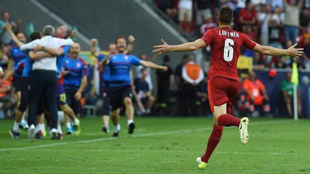 Michael Lüftner se před českou lavičkou raduje z gólu proti Itálii.
