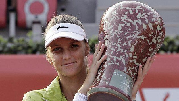 Česká tenistka Karolína Plíšková pózuje s trofejí pro vítězku turnaje v Soulu.