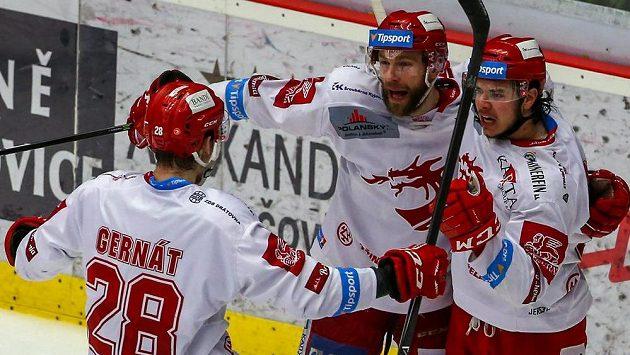 Třinečtí hokejisté (zleva) Martin Gernát, Tomáš Marcinko a střelec branky David Cienciala se radují z vyrovnávacího gólu ve čtvrtém finále.