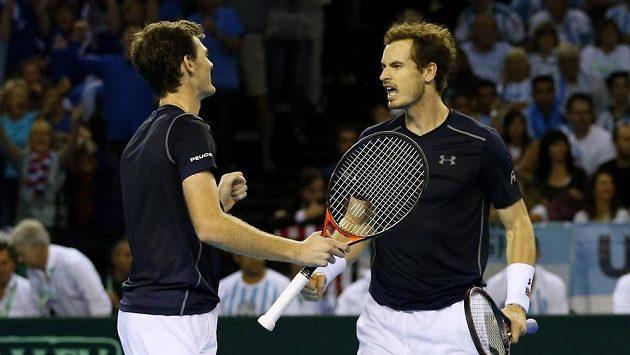 Bratři Andy (vpravo) a Jamie Murrayové oslavují vítězství ve čtyřhře v semifiínále Davisova poháru proti Argentině.