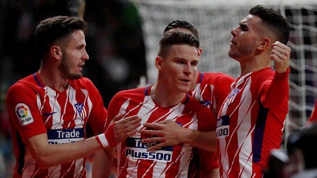 Fotbalisté Atlétika Madrid se radují z gólu proti la Coruně.