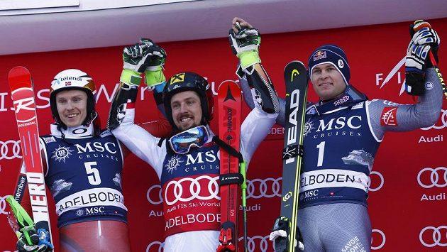 Rakušan Marcel Hirscher (uprostřed) po triumfu v Adelbodenu na stupních s Norem Henrikem Kristoffersenem (vlevo) a Francouzem Alexisem Pinturaultem.
