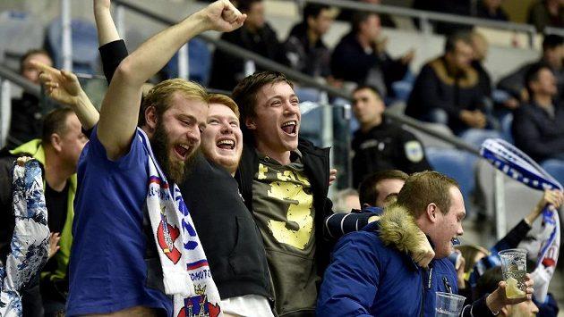 Radost chomutovských fanoušků z gólu v plzeňské síti během utkání 34. kola ELH.