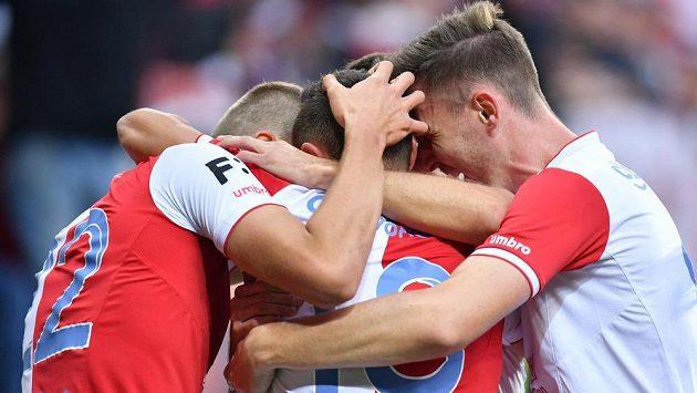 Fotbalisté Slavie se radují ze vstřelené branky v ligovém utkání.