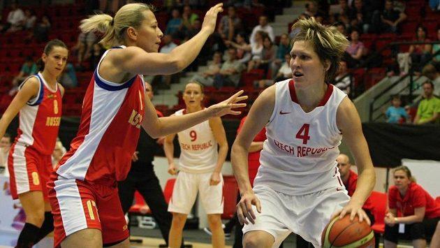 Přípravné utkání basketbalistek před mistrovstvím Evropy - Ljudmila Sapovová (druhá zleva) z Ruska a česká hráčka Jana Veselá.