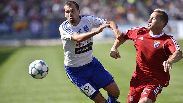 David Ledecký ze Znojma (vlevo) a obránce Baníku Tomáš Zápotočný v zápase úvodního kola druhé fotbalové ligy.