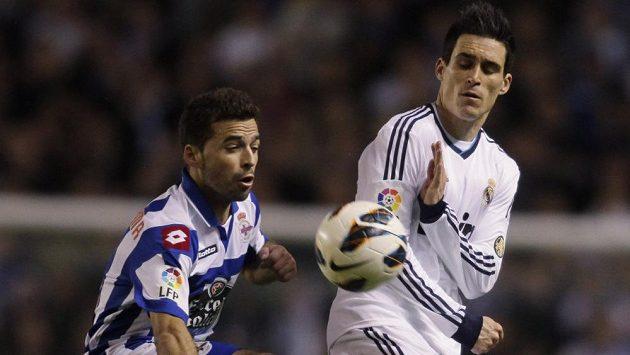 Bruno Gama (vlevo) z Deportiva La Coruňa v souboji s Jose Mariou Callejonem z Realu Madrid.