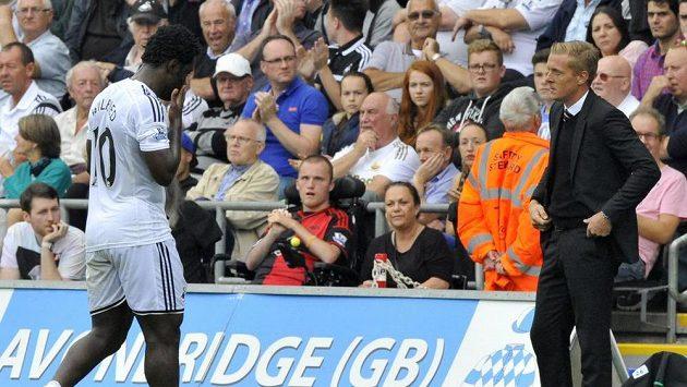 Bony Wilfried odchází kolem trenéra Swansea Garryho Monka do kabiny.