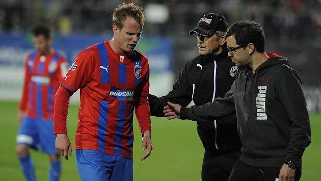 Zraněný obránce Plzně David Limberský odchází z hrací plochy.