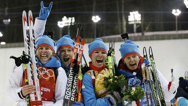 Štafeta ruských biatlonistek (zleva) Jana Romanovová, Olga Zajcevová, Jekatěrina Šumilovová a Olga Viluchinová oslavuje na ZOH v Soči stříbro.