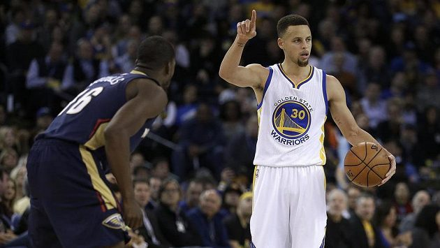 Stephen Curry (vpravo) z Golden State a Toney Douglas (16) z New Orleans.
