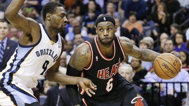 LeBron James (vpravo) z Miami se sneží projít přes Tonyho Allena z Memphisu.