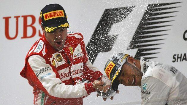 První Alonso a třetí Hamilton si užívají oslav po úspěchu v čínské GP.