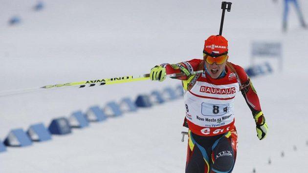 Biatlonista Michal Krčmář v cíli štafetového závodu.