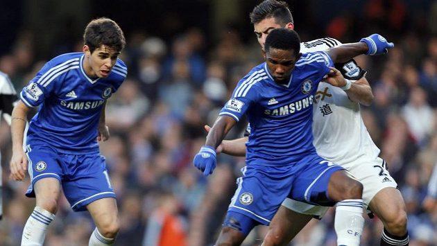 Samuel Eto'o (vpravo) je jedním z útočníků Chelsea, s nimiž není kouč José Mourinho na podzim spokojený.