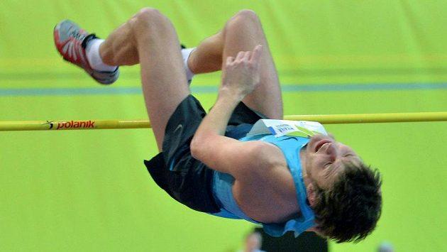 Rus Ivan Uchov překonává na mezinárodním halovém mítinku v pražské O2 Areně laťku ve výšce 242 cm.