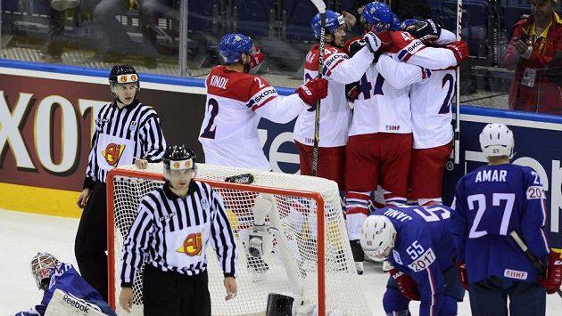 Čeští hráči (vzadu) se radují ze čtvrtého gólu. Vlevo je francouzský brankář Florian Hardy, vpravo Jonathan Janil a Baptiste Amar z Francie.