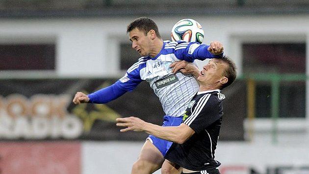 Příbramský obránce Tomáš Zápotočný (vpravo) v hlavičkovém souboji s útočníkem Znojma Milošem Reljičem.