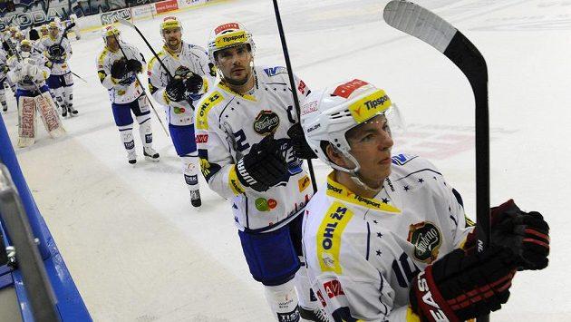Spokojení hráči Komety (zprava) Jan Wasserbauer, Leoš Čermák, Tomáš Malec a Petr Ton na konci vítězného zápasu se Slavií.