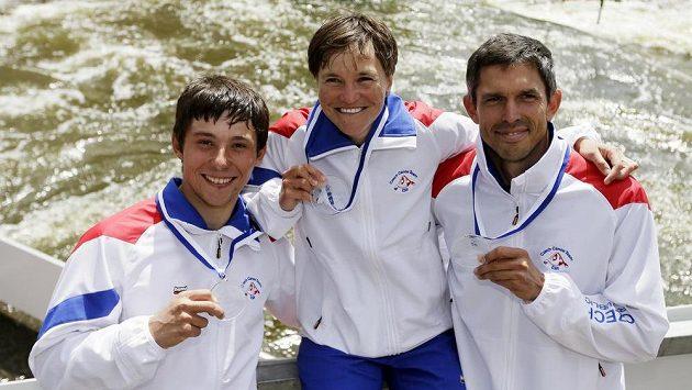 Zleva Jiří Prskavec, Kateřina Hošková a Stanislav Ježek s medailemi za první místo ze Světového poháru ve vodním slalomu v Praze.