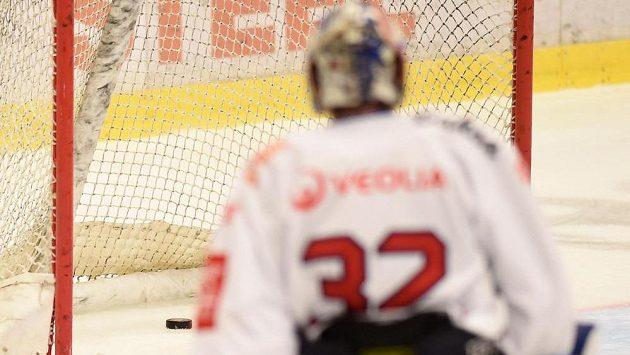 Brankář Patrik Bartošák se vrací do branky, poté co Vítkovice inkasovaly první gól do prázdné branky.