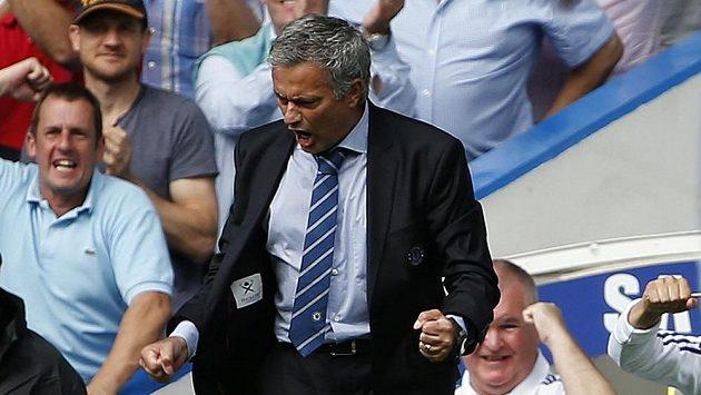 Trenér Chelsea José Mourinho se raduje z gólu Franka Lamparda v úvodním utkání Premier League proti Hullu.