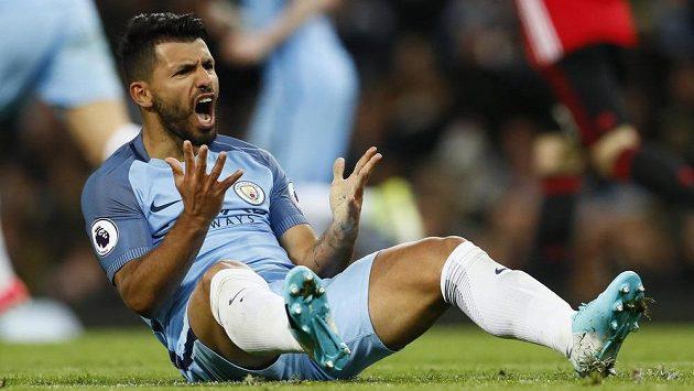Rozčílený snajpr Manchesteru City Sergio Agüero. Ani on se v derby proti Manchesteru United střelecky neprosadil.