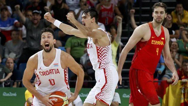 Chorvaté Roko Ukič (10) a Dario Šarič se radují, vpravo zklamaný Španěl Pau Gasol.
