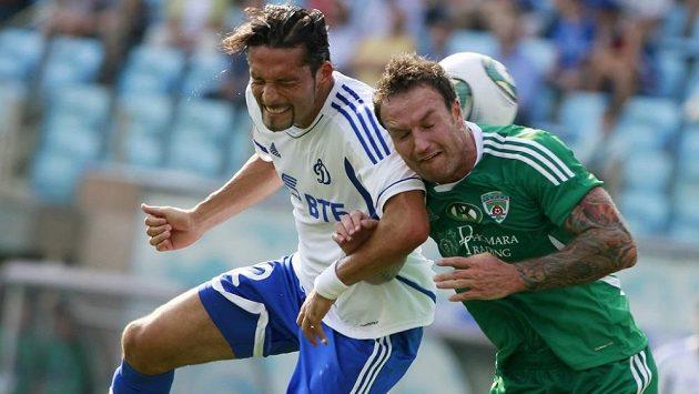 Obránce Martin Jiránek (vpravo) bojuje o míč s útočníkem Dynama Moskva Kevinem Kuranyim.