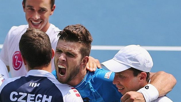 Čeští tenisté Jiří Veselý, Radek Štěpánek (vpravo) a Lukáš Rosol (vlevo nahoře) se v Indii radovali ze záchrany v elitní skupině Davisova poháru.