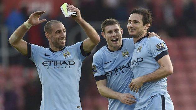 Frank Lampard (vpravo) z Manchesteru City slaví svůj gól s Jamesem Milner (uprostřed) a Pablo Zabaletou.