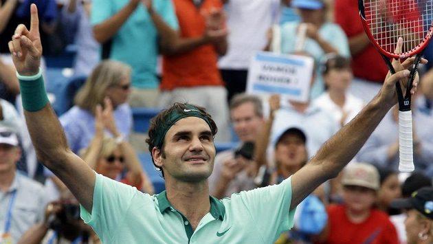 Švýcarský tenista Roger Federer se raduje z vítězství nad Španělem Davidem Ferrerem ve finále turnaje v Cincinnati.