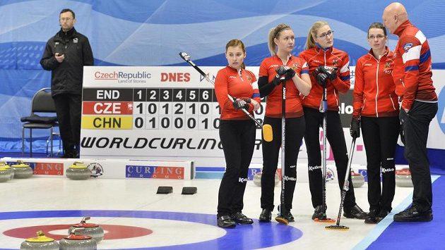 České curlerky (zleva) Alžběta Baudyšová, Tereza Plíšková, Anna Kubešková, Klára Svatoňová a trenér Karel Kubeška.