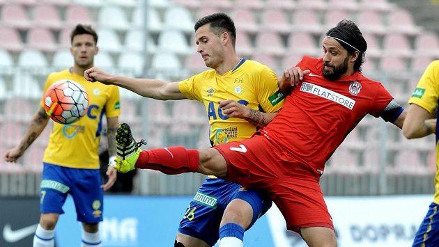 Roman Potočný z Teplic (vlevo) se snaží odstavit od míče brněnského Pavla Zavadila.